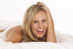 Portrait der jungen Frau im Bett lizenzfreies stockfoto