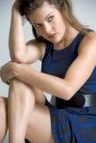 Portrait der jungen Frau im blauen Kleid Stockfotos