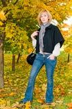 Portrait der jungen Frau im Herbstwald Stockbilder