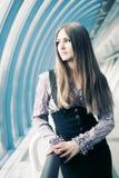 Portrait der jungen Frau im modernen Innenraum Lizenzfreie Stockbilder