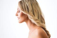 Portrait der jungen Frau im Profil Stockfotos