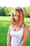Portrait der jungen Frau im sullenly flüchtigen Blick Lizenzfreie Stockfotografie