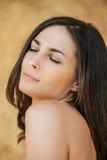 Portrait der jungen Frau mit den Augen geschlossen Stockfotografie