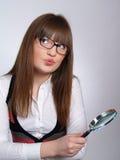 Portrait der jungen Frau mit einem Vergrößerungsglas stockfoto