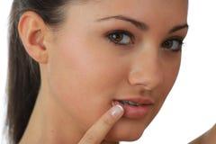 Portrait der jungen Frau mit Gesundheitshaut des Gesichtes Lizenzfreie Stockbilder