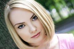 Portrait der jungen Frau mit grünen Augen Stockbild