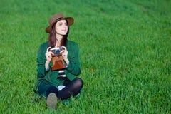 Portrait der jungen Frau mit Kamera Stockbild