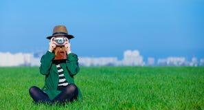 Portrait der jungen Frau mit Kamera Stockfotos