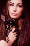 Portrait der jungen Frau mit kleinem Hund Stockbilder
