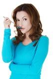 Portrait der jungen Frau mit Löffel in ihrem Mund Stockbilder