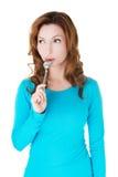 Portrait der jungen Frau mit Löffel in ihrem Mund Lizenzfreies Stockbild