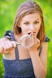 Portrait der jungen Frau mit Lupe Lizenzfreies Stockbild