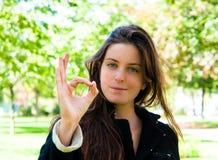 Portrait der jungen Frau mit O.K. stockfoto
