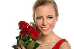 Portrait der jungen Frau mit roten Rosen Stockbilder
