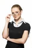 Portrait der jungen Frau mit Schauspielen Stockfotografie