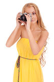 Portrait der jungen Frau mit Weinlesekamera Stockfoto