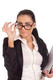 Portrait der jungen Frau schauend über Gläsern Stockbild