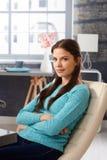 Portrait der jungen Frau zu Hause Stockbilder