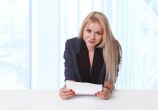 Portrait der jungen Geschäftsfrau einen Vertrag anhalten Stockfotos
