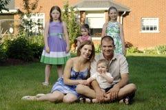 Portrait der jungen glücklichen Familie Stockfotografie