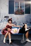 Portrait der jungen glücklichen Paare in der reizenden Tätigkeit Lizenzfreie Stockbilder