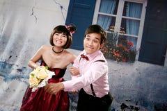 Portrait der jungen glücklichen Paare in der reizenden Tätigkeit Stockfotografie