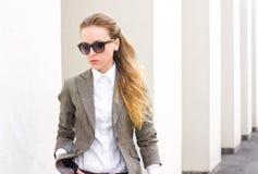 Portrait der jungen hübschen Frau lizenzfreie stockfotografie