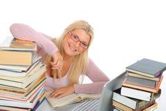 Portrait der jungen Kursteilnehmerfrau mit Lots Büchern Stockbilder