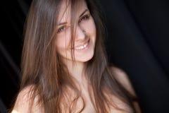 Portrait der jungen lächelnden Frau Stockfotos