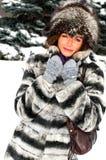 Portrait der jungen lächelnden Frau im Winterwald lizenzfreies stockfoto