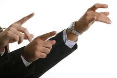 Portrait der jungen Männer, die ihre Finger zeigen. Stockfotos