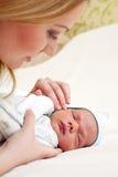 Portrait der jungen Mutter mit neugeborenem Schätzchen Lizenzfreies Stockbild
