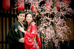 Portrait der jungen Paare im Japan-Kleid Lizenzfreie Stockfotos