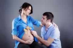 Portrait der jungen Paare während das Kind Stockbilder