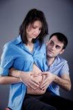 Portrait der jungen Paare während das Kind Lizenzfreie Stockbilder