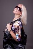 Portrait der jungen reizvollen Frau mit Beutel Lizenzfreies Stockfoto