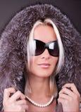 Portrait der jungen reizvollen Frau mit Sonnenbrillen Lizenzfreie Stockbilder