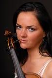 Portrait der jungen reizvollen Musikerfrau mit Violine Lizenzfreie Stockfotos