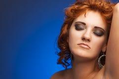 Portrait der jungen schönen Frau auf Blau Lizenzfreies Stockbild