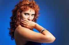 Portrait der jungen schönen Frau auf Blau Lizenzfreies Stockfoto