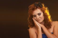 Portrait der jungen schönen Frau auf Braun Lizenzfreies Stockfoto