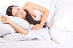 Portrait der jungen schönen Frau im Bett Lizenzfreie Stockfotografie