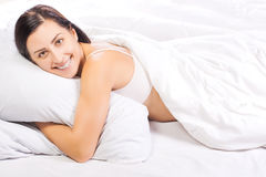 Portrait der jungen schönen Frau im Bett Lizenzfreie Stockbilder