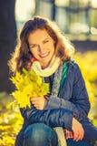 Portrait der jungen schönen Frau im Herbstpark lizenzfreie stockbilder
