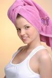 Portrait der jungen schönen Frau im rosafarbenen Tuch Lizenzfreies Stockfoto