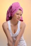 Portrait der jungen schönen Frau im rosafarbenen Tuch Stockbild