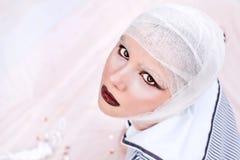 Portrait der jungen schönen Frau im Verband Stockfotografie