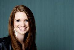 Portrait der jungen schönen Frau mit copyspace Lizenzfreies Stockbild