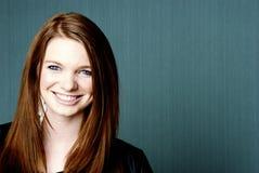 Portrait der jungen schönen Frau mit copyspace Stockbilder