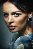Portrait der jungen schönen reizvollen Frau lizenzfreie stockbilder